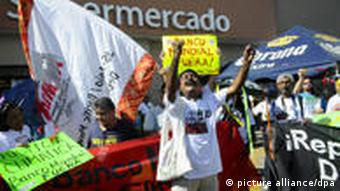 epa02478468 A group of activists protest against World Bank during the 16th UN Conference about Climate Change (COP16) in Cancun, in the Mexican state of Quintana Roo, 03 December 2010. EPA/ROBERTO ESCOBAR