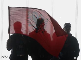 Mitglieder der nationalistischen Bewegung Selbstbestimmung mit der albanischen Flage in Kosovo (AP Photo/Visar Kryeziu)