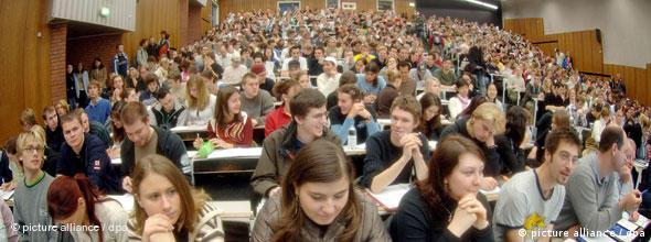 Studierende verfolgen im Hörsaal der Universität in Köln eine Vorlesung im Fach Mathematik (Quelle: dpa)