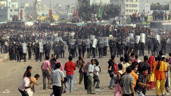 Textilarbeiter in Bangladesch werfen Steine auf Polisten (Foto: AP)