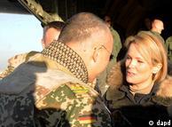 اشتفانی گوتنبرگ، همسر وزیر دفاع آلمان، در اردوگاه صحرایی قندوز در  حال گفتوگو با یکی از سربازان آلمانی