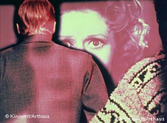Rückensansicht eines Mannes vor Frauenbild auf Dia - Szene aus Peeping Tom (Foto: Kinowelt)