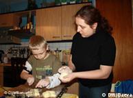 Η Έλενα Σνάϊντερ φτιάχνει χριστουγεννιάτικα γλυκά μαζί με τον γιο της