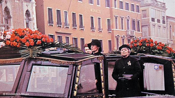 Begräbnisboot in Venedig - Szene aus Wenn die Gondeln Trauer tragen (Foto: Kinowelt)