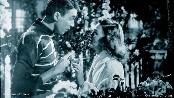 Paar vor geschmücktem Christbaum - Szene aus Ist das Leben nicht schön? (Foto: Kinowelt)