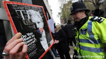 WikiLeaks-Sympathisant hält Plakat mit seinem Idol (Foto: EPA)