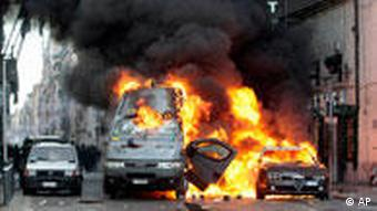 Two vehicles in flames in Rome
