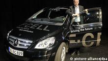 Der Vorstandsvorsitzende der Daimler AG, Dieter Zetsche, steht am Dienstag (17.03.2009) in Schorndorf nach dem Festakt zum 175. Geburtstag des Auto-Pioniers Gottlieb Daimler neben einem Mercedes-Benz B-Klasse F-Cell Brennstoffzellenfahrzeug. Foto: Marijan Murat dpa/lsw +++(c) dpa - Report+++