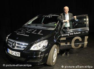 Глава Daimler Дитер Цетше и Mercedes-Benz B-Klasse F-Cell