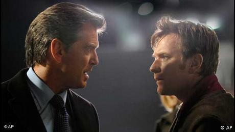 Pierce Brosnan und Ewan McGregor blicken sich in Der Ghostwriter eindringlich in die Augen. (AP)