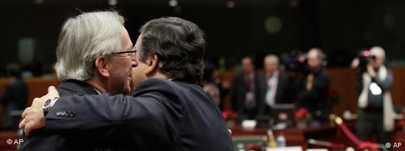 Jose Barroso umarmt Jean-Claude Juncker im Sitzungssaal im Brüssler Ratsgebäude im Dezember 2010 (Foto: AP)