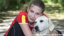 Schöne Frau die einen Hund umarmt