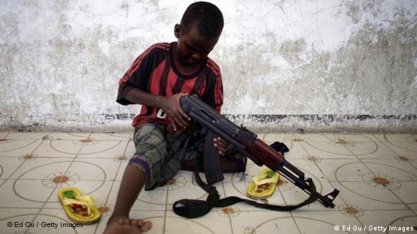 Mit dem Thema Kindersoldaten in Afrika setzt sich der 23-jährige Kanadier Ed Ou in seinen Bildern auseinander. Nach Angaben von UNICEF steigt die Anzahl der Kinder, die in Somalia unterschiedlichen Milizen angehören. Manchmal würden schon Neunjährige rekrutiert. (Foto: Ed Ou / Getty Images)***Benutzung ausschließlich im Rahmen einer Berichterstattung