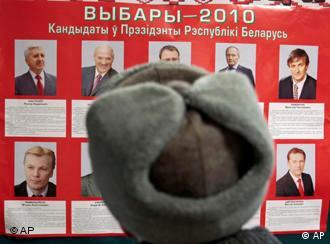 Солдат смотрит на фото кандидатов в президенты Беларуси