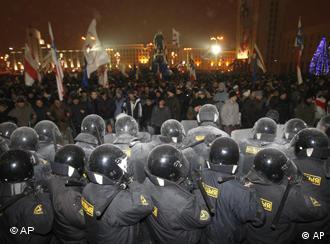 ОМОНовцы вытесняют демонстрантов с площади Независимости в Минске