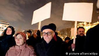 Die weißen Plakaten machen die Demonstranten auf die Zensur aufmerksam (Foto: picture-alliance/dpa)