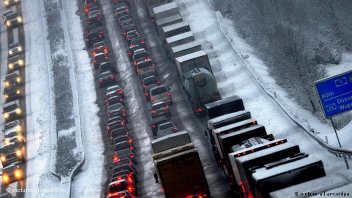 Nieve y caos vial en carreteras alemanas (picture-alliance/dpa)
