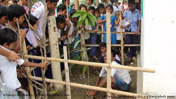 Kinder beim Pflanzen (Foto: Design Bangladesh / 350.org Bangladesh team)