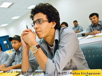 Jugendlicher in Klassenraum