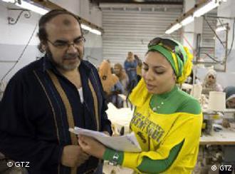 In Ägypten hat man gute Erfahrungen mit dem dualen Bildungssystem nach deutschem Vorbild gemacht. Hier ein ägyptischer Unternehmer mit einer Ausbildungsberaterin – auch hier betreut die GTZ die Projekte. Foto: gtz – freigegeben für DW
