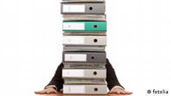 Symbolbild Arbeit Stress Ordnerstapel workaholic