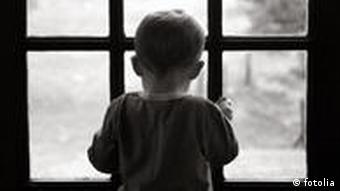 Junge am Fenster Regen