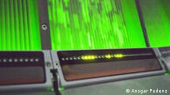 Laser scannen den Wasserfall aus Plastikteilchen (Foto:Ansgar Pudenz)