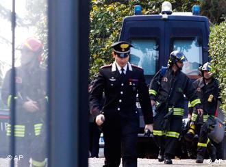 Ιταλοί αστυνομικοί έξω από την πρεσβεία της Ελβετίας