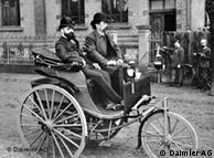 Carl Benz ao volante de seu triciclo motorizado