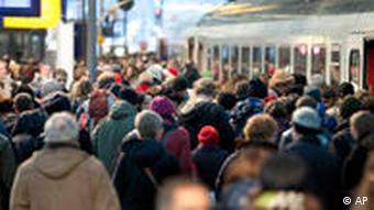Zahlreiche Bahnreisende stauen sich auf einem Bahnhof (Foto: AP)