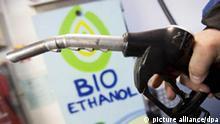 ARCHIV - Eine Zapfpistole für Bio-Ethanol, fotografiert an Deutschlands erster Bio-Ethanol-Tankstelle in Bad Homburg, die im Jahr 2005 eröffnet wurde (Aufnahme vom 13.01.2009). Ab 2011 können Autofahrer E10 tanken - statt fünf werden nun zehn Prozent Ethanol dem Sprit beigemischt. 90 Prozent der Autos vertragen den neuen Biokraftstoff. Ob so die Klimaziele zu erreichen sind, bleibt fraglich. Und E10 könnte den Spritpreis treiben. Foto: Frank Rumpenhorst dpa +++(c) dpa - Bildfunk+++
