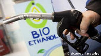 На АЗС машину заправляют биотопливом