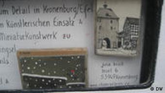Detailaufnahme des Kunstautomaten, zu sehen sind Beispiele der Kunstminiaturen von Julia Brück (Foto: DW)