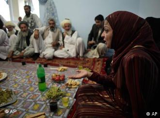 Afghanische Frau spricht vor Männern (Foto: AP)