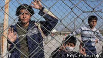 Jugendliche Flüchtlinge in einem griechischen Lager - November 2010. Foto: dpa