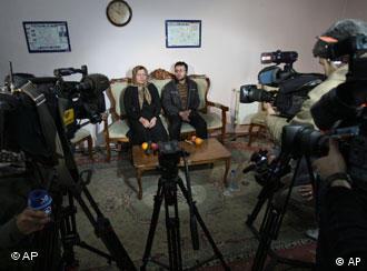 سکینہ محمدی اشتیانی ذرائع ابلاغ کے نمائندوں سے گفتگو کر رہی ہیں