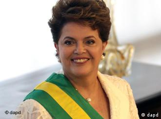 Newly sworn-in Brazilian President Dilma Rousseff poses for a picture at the Planalto presidential palace in Brasilia, Brazil, Saturday Jan. 1, 2011. Rousseff, a former rebel who was imprisoned and tortured during the nation's 21-year military dictatorship, was sworn in as Brazil's first female president Saturday. (Foto:Eraldo Peres/AP/dapd)