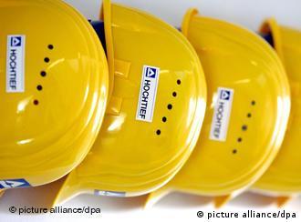 Bauhelme von Hochtief-Mitarbeitern auf der Baustelle des neuen Fußballstadions von Borussia Mönchengladbach (Foto: dpa)