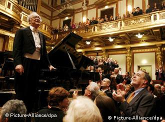 Alfred Brendel accepts applause at his farewell concert in Vienna on December 18, 2008