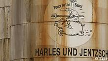 Der Schriftzug Power to the Bauer auf der Wand eines Silos, aufgenommen am Dienstag (04.01.11) auf dem Firmengelaende des Futterfett-Herstellers Harles und Jentzsch in Uetersen. Der Skandal um dioxinbelastete Eier und Gefluegel in Nordrhein-Westfalen weitet sich moeglicherweise aus. Im Skandal um dioxinverseuchtes Tierfutter hat die Staatsanwaltschaft Itzehoe ein Ermittlungsverfahren gegen den Geschaeftsfuehrer und weitere Verantwortliche des Futtermittelherstellers Harles und Jentzsch eingeleitet. Es bestehe der konkrete Anfangsverdacht, dass die Firma aus Uetersen in Schleswig-Holstein gegen das Futtermittelrecht verstossen und eine gesundheitliche Beeintraechtigung von Menschen in Kauf genommen habe, sagte Oberstaatsanwalt Ralph Doepper dem Westfalen-Blatt (Online-Ausgabe). Der Tatzeitraum sei voellig offen, er koenne mehrere Jahre betragen. (zu dapd-Text) Foto: Philipp Guelland/dapd