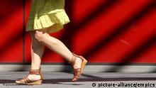 Flash-Galerie Frau mit Sandalen