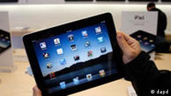 Ein Mann hält ein iPad zur Ansicht.(Foto: AP/dpad)