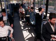 در برخی اتوبوسهای اسرائیل مردان و زنان جدا از هم مینشینند