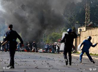 Jugendliche werfen mit Steinen auf Polizei (Foto: AP)