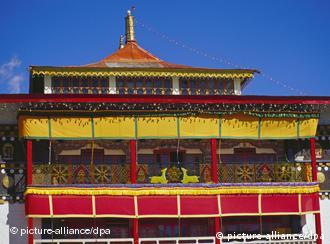 """Blick auf ein Gebäude des buddhistischen Klosters """"Galden Namgyal Lhatse"""" in Tawang im ostindischen Bundesstaat Arunachal Pradesh in Indien. Es ist das größte Kloster in Indien. (Größere Bilddaten auf Anfrage)"""