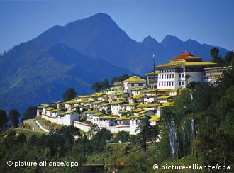 """Blick auf das buddhistische Kloster """"Galden Namgyal Lhatse"""" in Tawang im ostindischen Bundesstaat Arunachal Pradesh in Indien. Es ist das größte Kloster in Indien. (Größere Bilddaten auf Anfrage)"""