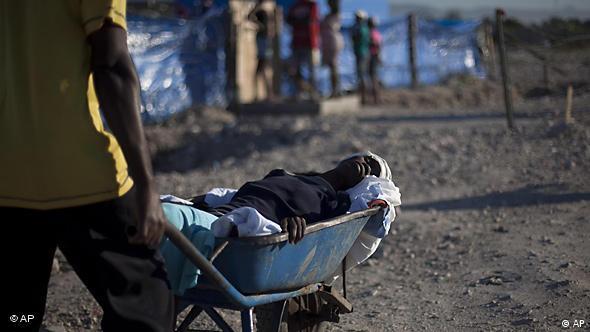 Mulher com sintomas de cólera é levada para hospital em Porto Príncipe