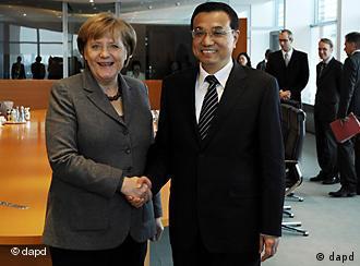 Bundeskanzlerin Angela Merkel (CDU) und der stellvertretende Ministerpraesident der Volksrepublik China, Li Keqiang, geben sich am Freitag (07.01.11) in Berlin im Bundeskanzleramt die Hand. Li Keqiang traf Merkel zu einem Gespraech und wird am Abend bei der Unterzeichung von Wirtschaftsvertraegen mit deutschen Unternehmen im Aussenministerium dabei sein. Foto: Michael Gottschalk/dapd