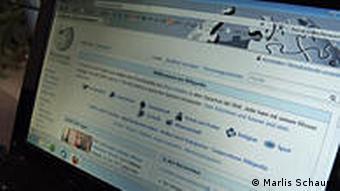 Laptop mit geöffneter Wikipedia-Seite (Foto: Marlis Schaum/DW)