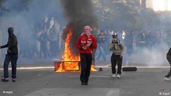 Vermummte Jugendliche auf Algiers Straßen mit brennenden Reifen (Foto: AP)